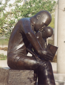 FATHER AND CHILD READING, SCULPTURE BY JOHN WILSON (1990)